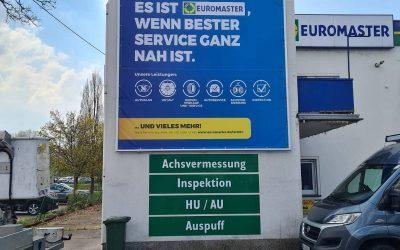Werberahmen in Saarlouis bei Euromaster aufgebaut.
